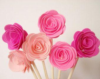 {3D Mini rosa Confetti} Qty: 50pcs colore: bianco Rosa dimensioni: 1(circa) realizzato con cartoncino