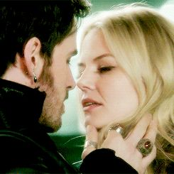 CAPTAIN SWAN KISS!!!!!!!!!!!!!!!!! I DIED OVER AND OVER AGAIN!!!!!!