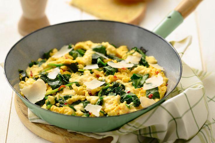 Een roerei kan voor ontbijt, bij de brunch of als lunch. Lekker gezond met de gestoofde spinazie, pittig met chilipeper en verfijnd met de parmezaan.