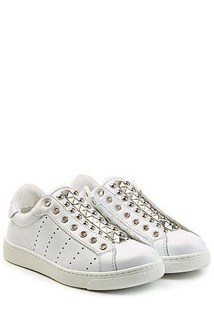 Für einen modernen und edgy Look lässt Dsquared2 die Schnürsenkel bei den weißen Leder-Sneakers einfach weg und besetzt sie stattdessen mit rockigen Nieten #Stylebop