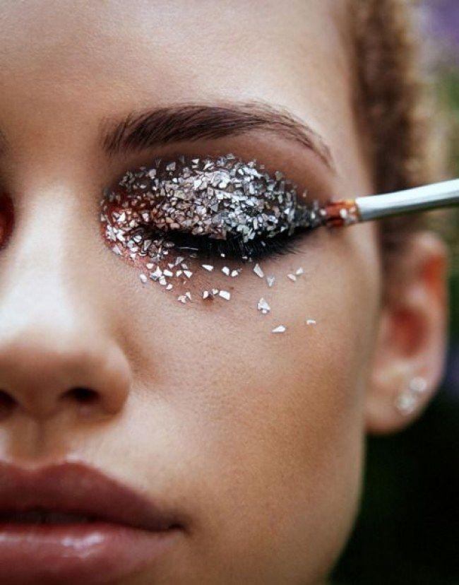 Como usar glitter na maquiagem sem fazer a maior sujeira? Corte um pedaço de fita adesiva e vá dando leves batidas na região onde o pozinho brilhante escapou. Faça isso até limpar todo o excesso e use um novo pedaço de fita adesiva sempre que precisar - 14 Truques de beleza para a hora de se arrumar em casa