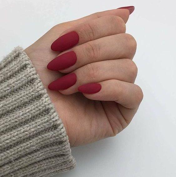 matte rote Mandelnägel sehen sehr schick und feminin aus