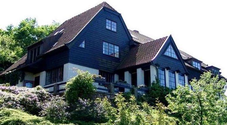 """Äntligen. Hakonhuset i Båstad har nu sålts för 24 miljoner kronor. """"De är ett fint hus som har som har tagits om hand på bästa sätt av familjen Ek"""", säger Thomas Darpö, vän och tidigare mäklare till paret. Husköparen är företaget Eldstaden Hakonhus AB."""