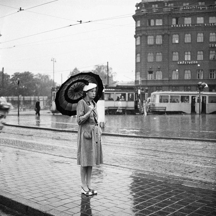 Tegelbacken. En kvinna med paraply - Stockholmskällan