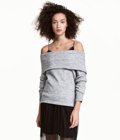 Grå. Strikket trøje i blød kvalitet med indvævet uld. Trøjen har bare skuldre og bred, nedbukket kant foroven. Lange raglanærmer.