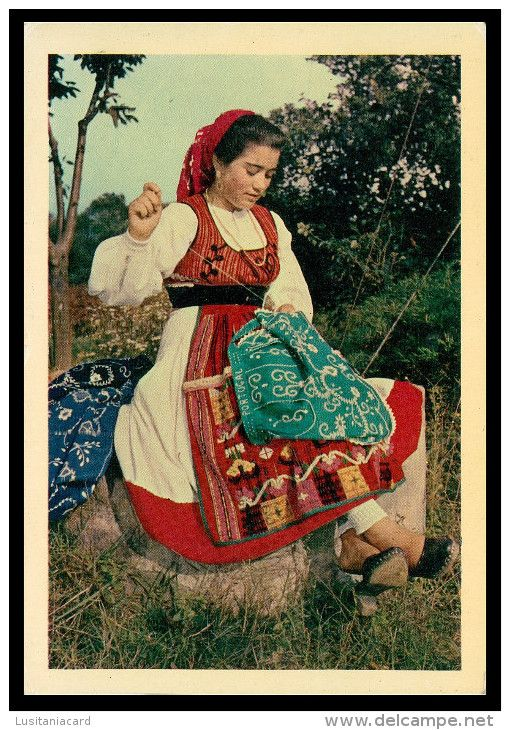 VIANA DO CASTELO - COSTUMES - Trabalhando nos bordados regionais ( Ed. Lusocolor Nº 26) carte postale
