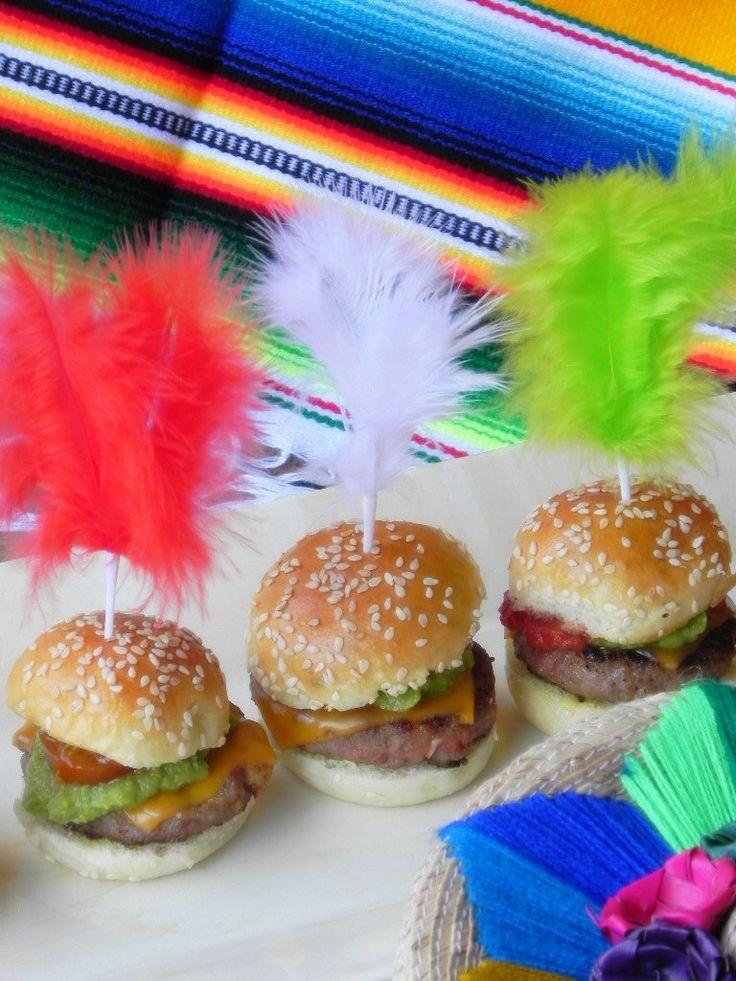 Mini hamburguesas Pancho Villa (mexicanas) Ingredientes  Carne picada de ternera - 500 g. Rebanada de pan de molde sin corteza - 1 Sobre sazonador de fajitas o burritos - 1 Huevos - 1 Panecillos de mini hamburguesas - 20 aprox. Para rellenarlas Guacamole - 1 bote (1 cucharadita en cada una) Jalapeños - 1 en cada una Mayonesa o salsa de hamburguesas - un chorrito enc ada una Salsa mexicana - 1 bote de cristal pequeño (1 cucharadita en cada una) Queso cheddar - 1/4 de loncha en cada una