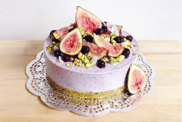 Raw Vegan Blueberry & Coconut Cream Cheesecake 1 cup pistachio nuts ½ cup macadamia nuts ½ cup pitted dates (around 8-9) 1 tsp cinnamon ½ tsp nutmeg ½ tsp sea salt  Filling 1 ½ cups cashews 1/4 cup coconut oil ...