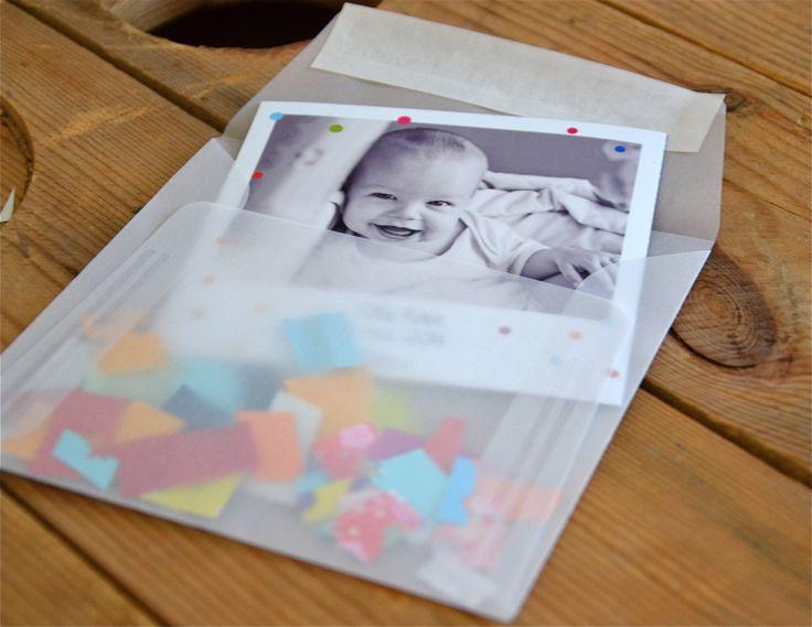 Magnet polaroid avec enveloppe transparente. Des petits confettis fait-maison ont été rajouté pour donner au faire-part une touche coloré et ludique.