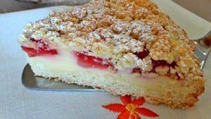"""Una torta di deliziose """"briciole"""" di pasta frolla con un goloso cuore di crema al limone e fragole"""