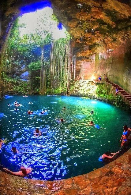 Hermosa piscina subterránea en el cenote de (Chichén Itzal México)
