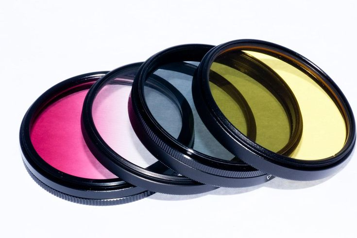 Filtro fotográficopara lentes são acessórios que se coloca de frente de sua objetiva para criar efeitos especiais, balancear as cores, corrigir situações indesejáveis e até mesmo proteger a lente. Os filtros fotográficos são voltados para Câmeras DSLR com lentes intercambiáveis, no entanto já existem adaptadores de filtro para câmeras compactas.