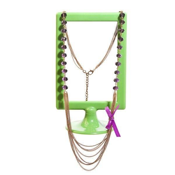 El collar vintage Shades of sweetness está decorado con 20 delicadas piedras de color violeta, repartidas en cada mitad del collar. La cadena es ajustable, por lo que podrás decidir la altura para colocartela según la ropa o el estilo que lleves. El efecto de cadena en varios niveles, es de color dorado envejecido consiguiendo un efecto de collar vintage. El cierre es muy comodo, tipo mosquetón. Cuenta con un coqueto lazo en color violeta a tono a uno de los lados.