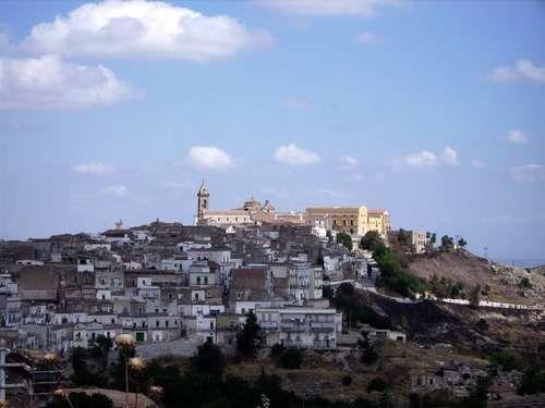 La firma è di protagonisti diversi, Fedagri, Federcultura Puglia, l'Anci, 4 comuni, regione e provincia, c'è la collaborazione dei Gruppi di azione locale. Ad Andria si sottoscrive un protocollo d'intesa per la conservazione, il recupero e la valorizzazione dei borghi storici.