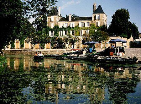 Château d'Arçais en bordure du Marais. Deux-Sèvres. Le marais poitevin Le marais poitevin est une région naturelle de France située entre les départements de Vendée, des Deux-Sèvres et de Charente-Maritime ainsi qu'entre les régions Pays de la Loire et Poitou-Charentes. Ce château en fait bien partie