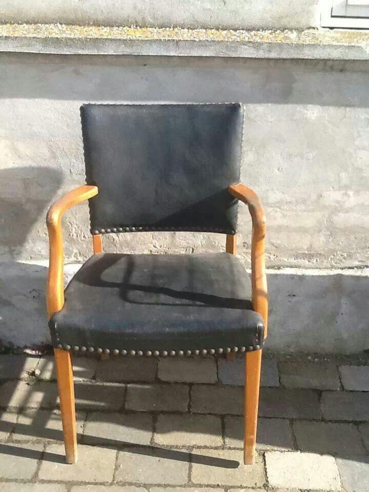 En rigtig gammel stol med lædersæde. Har tre af dem, så det er bare at gå i gang.