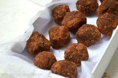 I tartufi con nutella e pavesini sono dei golosi dolcetti realizzati con i famosi pavesini sbriciolati e amalgamati con nutella e mascarpone e cacao.