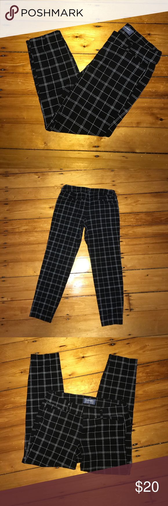 Old Navy Pixie Pants! Old Nacy Pixie Pants. Mid-rise. Great condition! Never been worn. Ankle length. Great for work. Reasonable offers are welcomed :) Old Navy Pants Ankle & Cropped