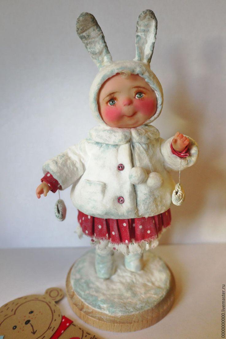 Купить или заказать авторская кукла Зоюшка в интернет-магазине на Ярмарке Мастеров. Надевай скорее маску! Забегай скорее в сказку! В нашей сказке, В нашей сказке Посреди Веселой пляски Расписной, Волшебный снег Опускается На всех! Малышка в костюме зайчишки.Лицо и ручки девочки слеплены из полимерной глины Фимо без применения формы,основа папье-маше, верхняя одежда выполнена в технике ватного папье-маше,роспись акриловыми красками __________________________________ Стоимость…