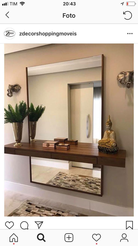 Schwimmendes Regal und großer Spiegel an der Wand hinter dem Regal, oberhalb und unterhalb des