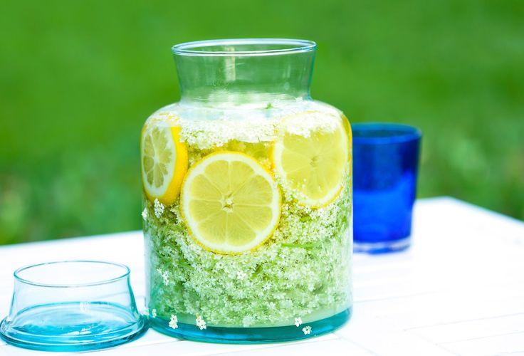 Läskande fläderblomssaft med citron, finns det något godare på sommaren? Här är ett hederligt gammal recept från Minnenas Journal.
