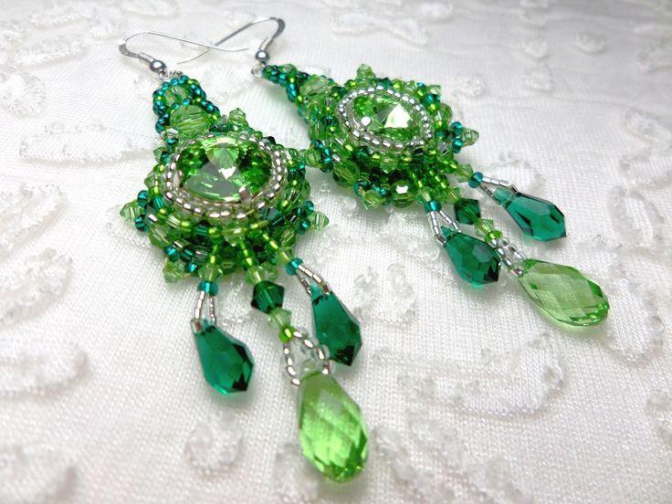 Boucles d'oreilles créateur brodées de perles et cristaux de Swarovski vert émeraude et péridot : Boucles d'oreille par bijouxdart