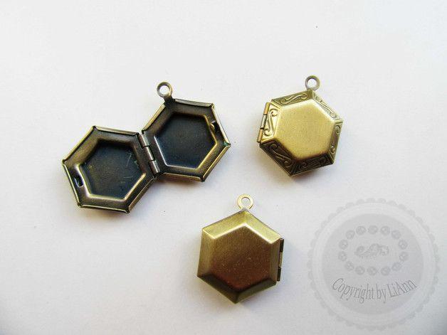 Ein bronzefarbenes Medaillon in Sechseckform aus Metall zur eigenen und ganz individuellen Schmuck-Herstellung. Das Medaillon lässt sich öffnen und mit einem Foto / Brief o.ä. befüllen. Maße ca....