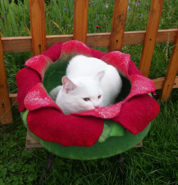 Cat bed/cat house/cat cave/flower felted cat bed