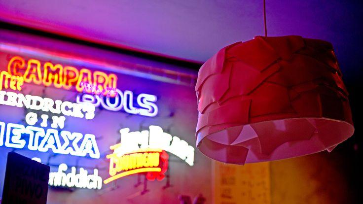 Upcyklingowe lampy wiszące nad sceną i barem to abażury GUMA BALONOWA, zaprojektowane i wyprodukowane w Polsce z odpadów poprzemysłowych przez DBWT.PL