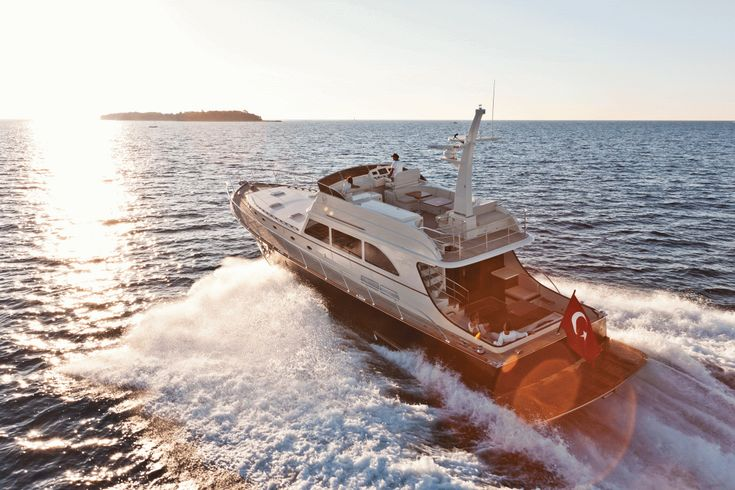 Our Vicem 77 Classic Flybridge made an impressive top hop of 28.1 knots thanks to her optional 1,500 hp MAN diesels.