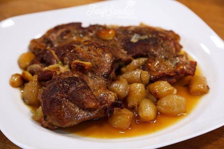 Malzemeler 1 adet kuzu kol – kemiksiz  2 yemek kaşığı tereyağı 10-15 adet arpacık soğanı 3-4 diş sarımsak 2 dal biberiye 3 dal kekik Yeterince su Tuz Tane karabiber Zeytinyağı