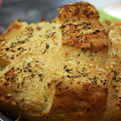 Pan rústico bañado en pesto de albahaca y queso mozzarella