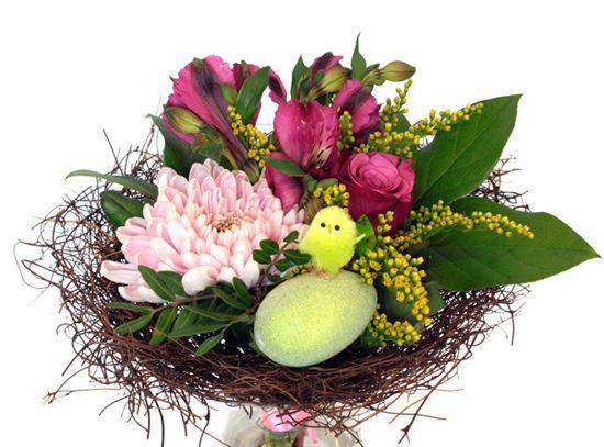 http://holmsundsblommor.blogspot.se/2014/04/tva-nastan-lika.html Påskbukett med chrysanthemum, ros, alströmeria och solidago