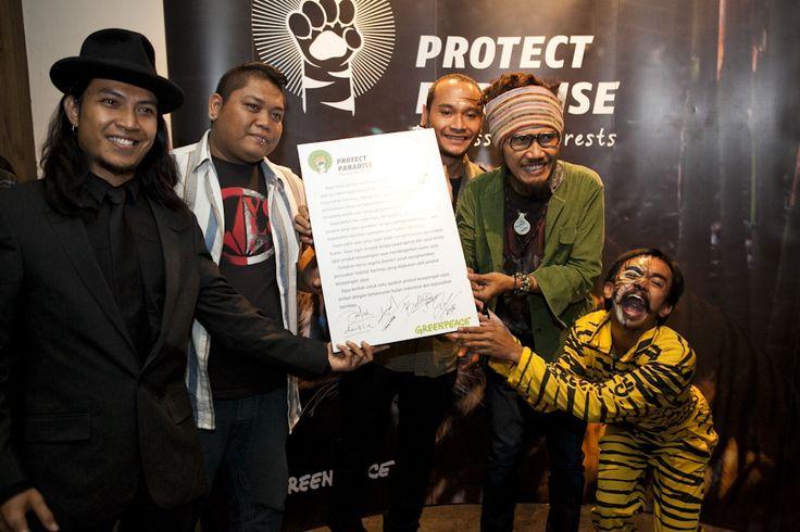 Navicula, grup band asal Bali hadir meramaikan peluncuran kampanye Tiger Manifesto dan ikut  mendorong perubahan agar industri segera menghapus jejak deforestasi dari produk keseharian kita dan menyelamatkan hutan Indonesia. www.protectparadise.org