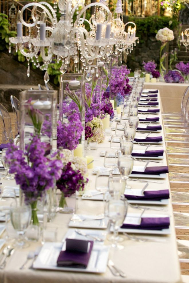 Decoración de mesas con flores naturales y mantelería en color blanco y orquídea radiante