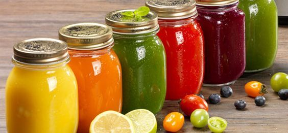 Ricette per estratti di frutta e verdura di stagione freschi, colorati, salutari e gustosi per fare un pieno di vitamine e sali minerali