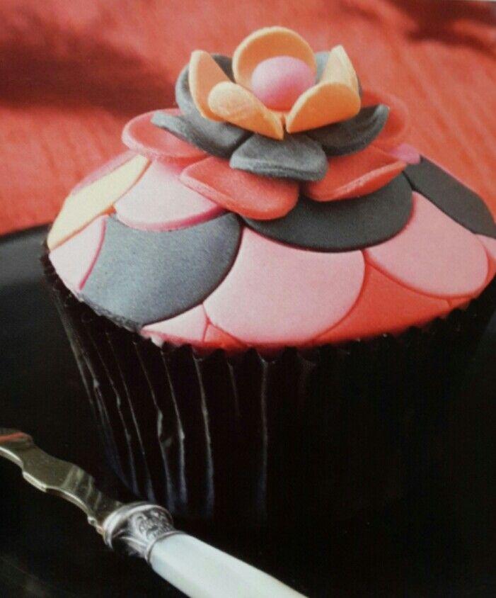 Cupcakes in pirottini neri decorati con pasta di zucchero colorata