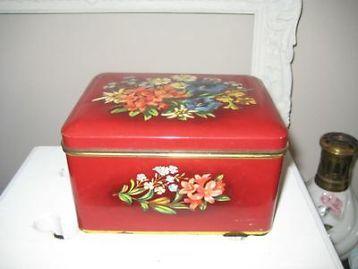 Oud Verkade blik donker rood met bloemen.