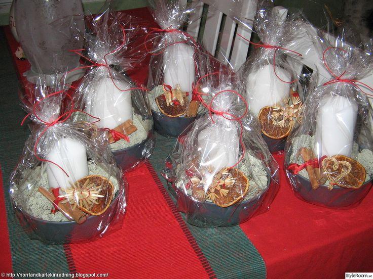 Present med ljusfat, mossa, ljus, torkad apelsin-skiva, kanel, julpynt.