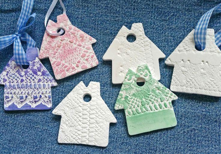 Nopeasti pehmittyvä Fimo-massa sopii monenlaiseen askarteluun. Kaulimisen jälkeen kuviot leikataan irti piparkakkumuoteilla. Käytä koristeita kranssien, lahjapakettien tai vaikka joulukuusen somisteina!