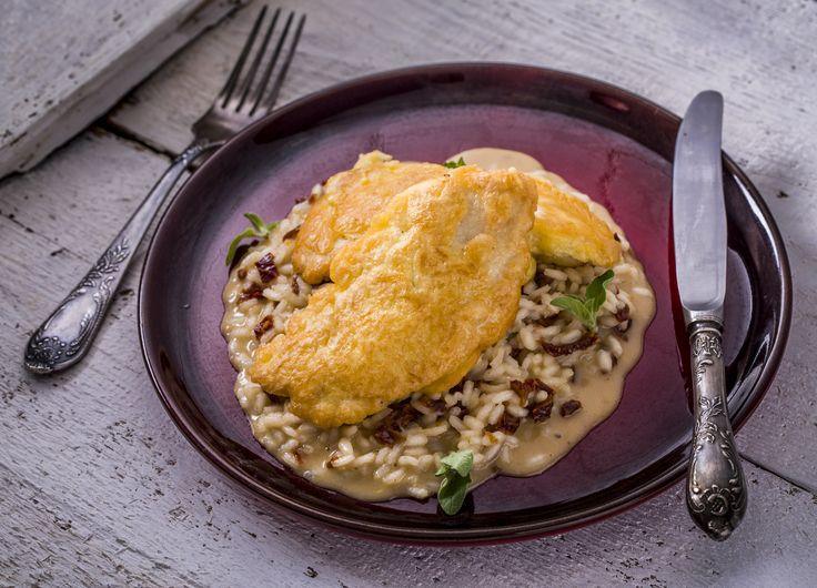 Csirke piccata - aszalt paradicsomos rizottóval | A csirke piccata egy nagyon gyorsan és egyszerűen elkészíthető, hirtelen átsütött húst takar, melynek vonzereje a nagyon vékonyra vágott szeletekben rejlik. Paradicsomos rizottóval tálalva mennyei lakomát nyújt. A rizottó nagyon egyszerű és tápláló étel, amelyet könnyű elkészíteni. Több száz fajtája ismert a rizottóknak, azonban az összes recept négy alap összetevőből áll: soffritto (azaz párolt zöldségek), húsleves, ízesítők, és olasz rizs…