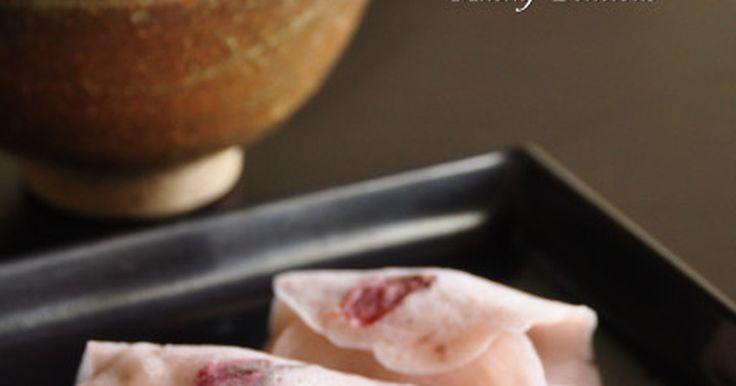 関東風桜餅を作っている時に思いついたレシピ。桜の葉の変わりに桜の花を使って春らしく可愛い和菓子の完成です