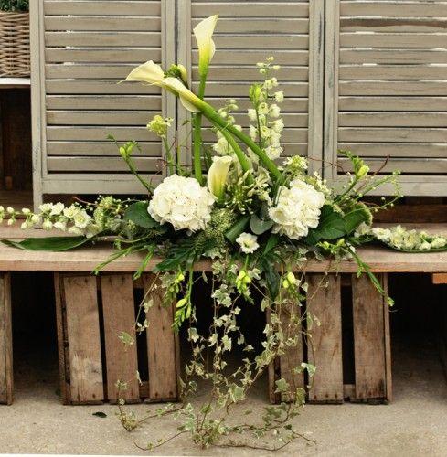 bouquet du vendredi,thème gourmand du chocolat,rose dragée,univers sucré,chocolat blanc,bouquet de la mariée,crème,agapanthes,séance photo,cadres dorés,bracelets fleuris,demoiselles d'honneur,bracelets en fil d'aluminium,spirale fleurie,bijou fleuri,marron glacé,boutonnières,callas blancs,hortensias blancs,roses blanches,centres de tables,porte-noms macarons,petites ardoises,thème chefs étoilés,morceaux des chocolat,pompons suspendus,nuages de chantilly