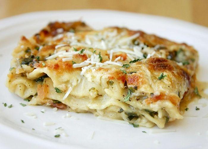 Le lasagne alle verdure si realizzano lavando le verdure e cuocendole in padella per farcire la pasta per lasagne. Prepariamole seguendo questi step.
