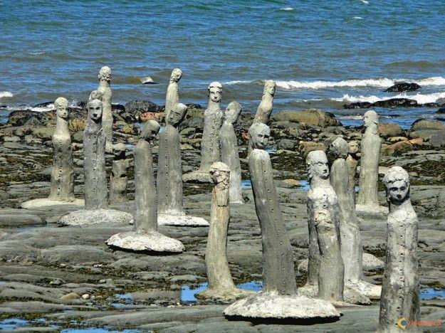 Allez voir cette photo! Un artiste de Sainte Flavie en gaspésie fait ces scultures sur les bords du fleuve Saint Laurent au Québec.
