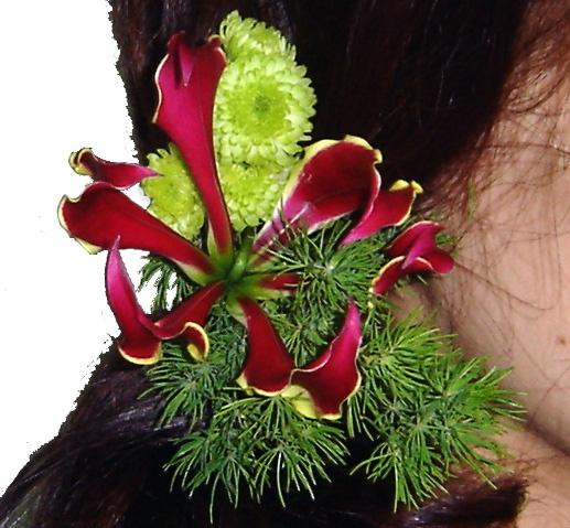 Tocado de flores y verdes naturales para el pelo de la Novia. www.floreszamora.es