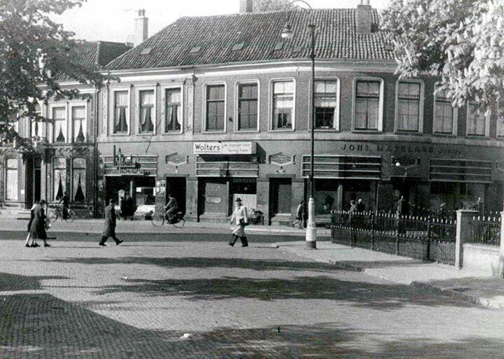 Oudemarkt Enschede, Nederland. Waar nu cafés zijn waren toen gewone winkels. Ca. 1940