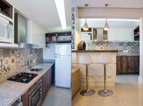 Um dos maiores problemas de quem tem uma cozinha estilo corredor, é como ocupar a parede estreita do fundo: para a arquiteta Camila Chalon, a solução foi usar o espaço para acomodar a geladeira. A bancada da cozinha foi prolongada até a parede para aproveitar o espaço e, acima da geladeira, um nicho acomoda enfeites.