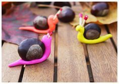 kleine Schnecken aus Kastanien und Backknete basteln. Super Idee zum Basteln mit Kindern - ganz ohne Sauerei! #diy #basteln #kinder