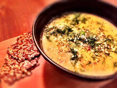 Värmande, god och med lite sting. Zucchinisoppa är magens vän. Servera som lunch eller lättare middag.